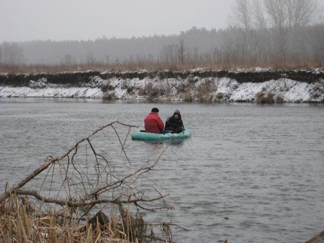 Фанаты зимней рыбалки... с лодки!